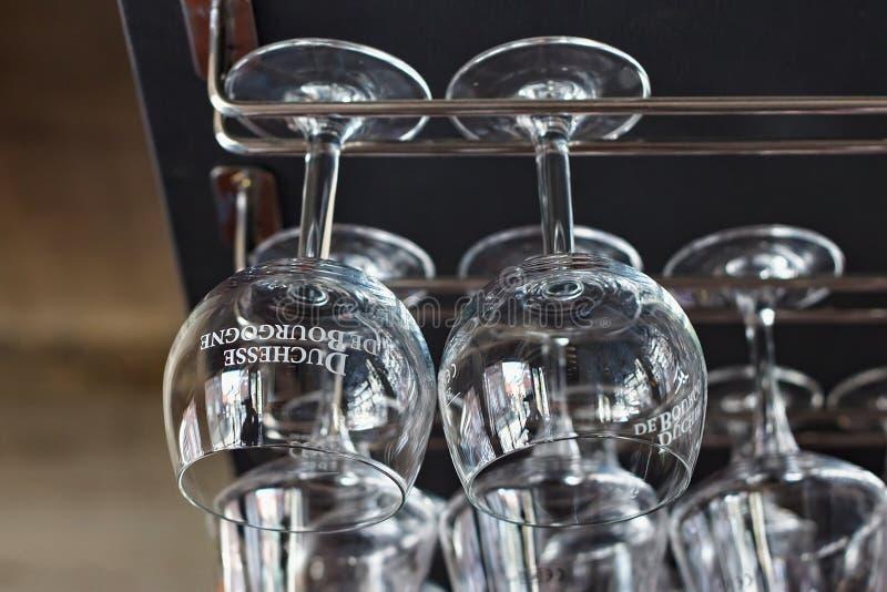 NEERIJSE, BÉLGICA - 5 DE SETEMBRO DE 2014: Esvazie vidros limpos para a cerveja belga Duchesse De Bourgogne fotos de stock