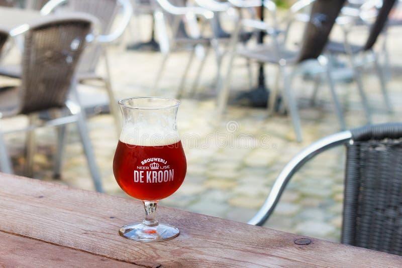 NEERIJSE, BÉLGICA - 5 DE SETEMBRO DE 2014: Provando a cerveja original de foto de stock royalty free
