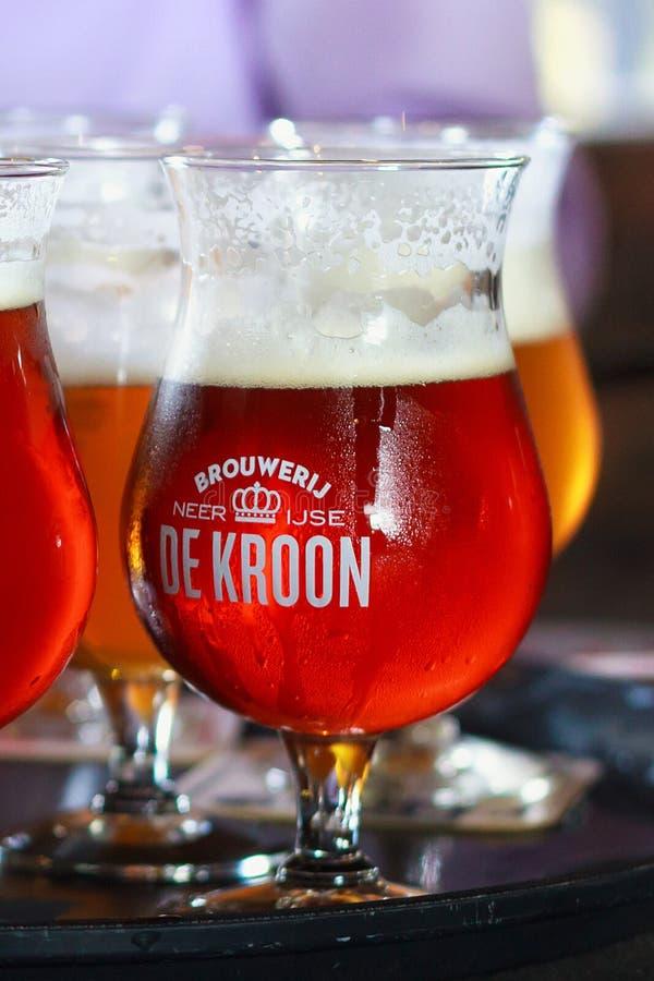 NEERIJSE, BÉLGICA - 5 DE SETEMBRO DE 2014: Provando a cerveja original do De Kroon marque no mesmo restaurante do nome fotos de stock