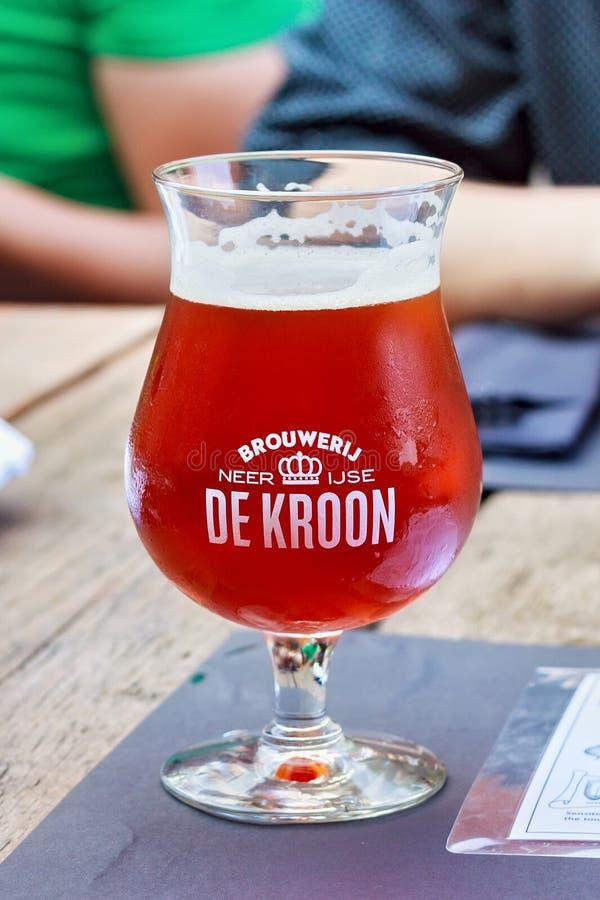 NEERIJSE, BÉLGICA - 5 DE SETEMBRO DE 2014: Provando a cerveja original do De Kroon marque no mesmo restaurante do nome fotografia de stock