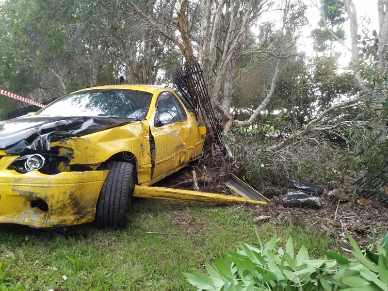 Neerstorting van de de Autoauto van het ongevallen de Autovoertuig aan kant van de weg Totaal beschadigd Gesloopte auto stock afbeelding