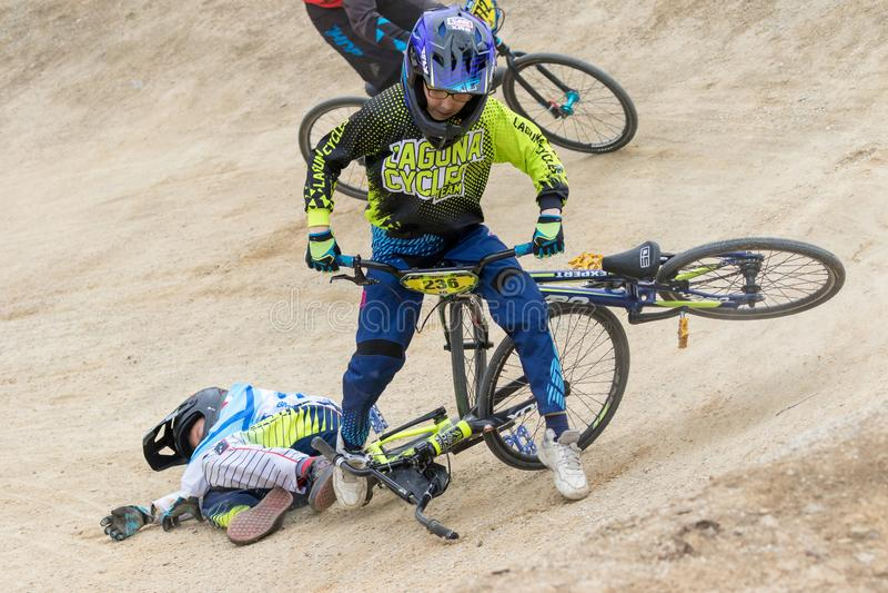 Neerstorting van twee jonge fietserclose-up stock afbeelding