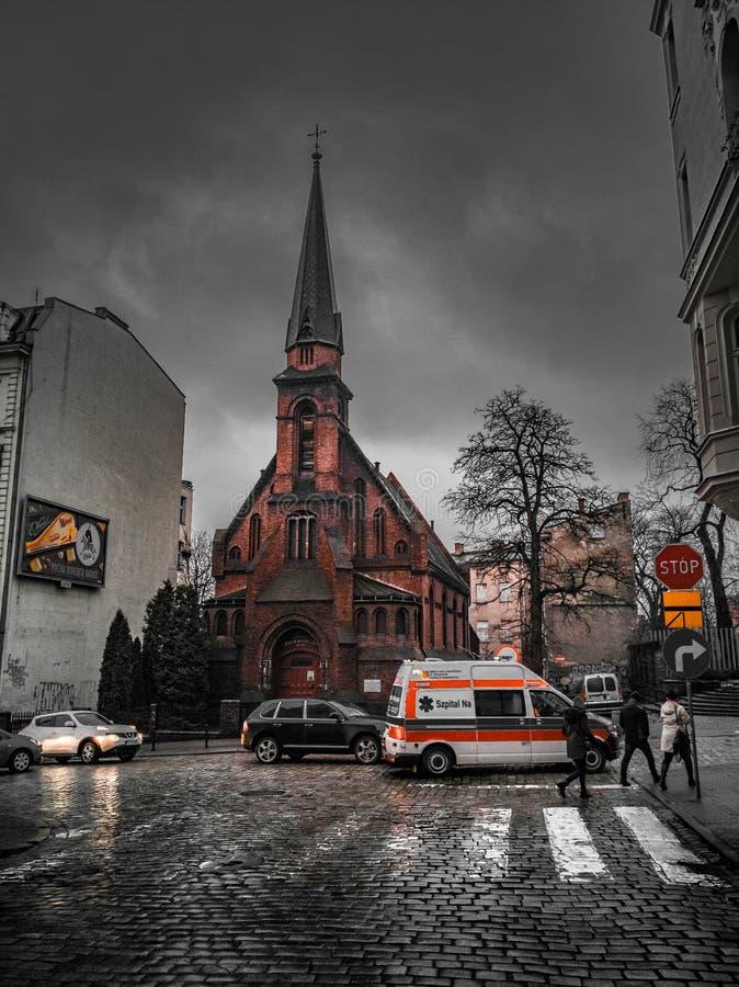 Neerstorting voor Kerk stock afbeeldingen