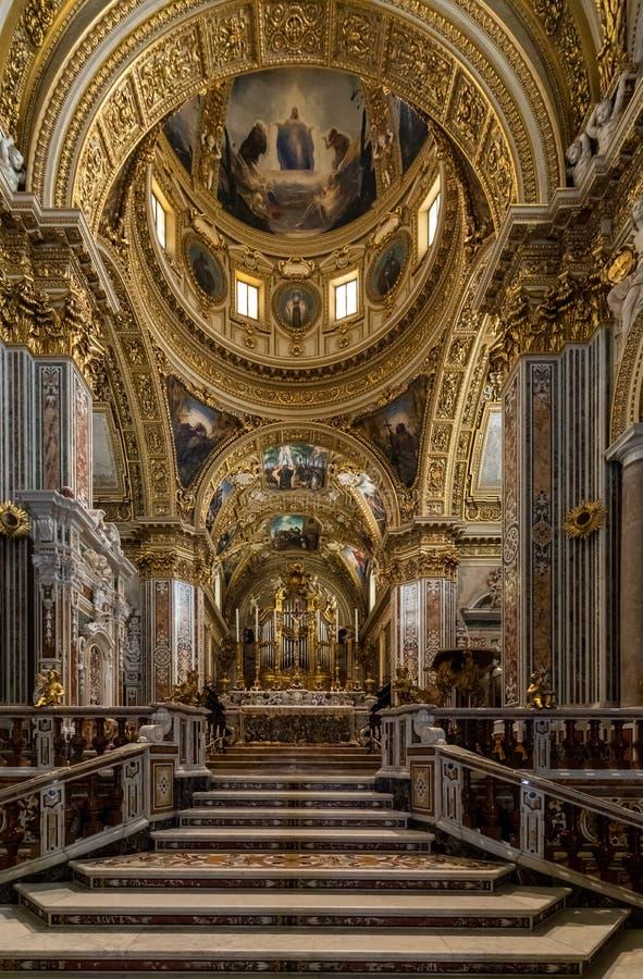 Nef et autel principaux à l'intérieur de la cathédrale de basilique chez Monte Cassino Abbey l'Italie photos stock