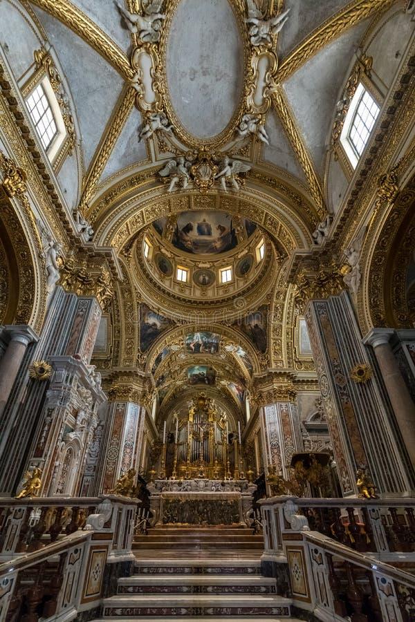 Nef et autel principaux à l'intérieur de la cathédrale de basilique chez Monte Cassino Abbey l'Italie image libre de droits
