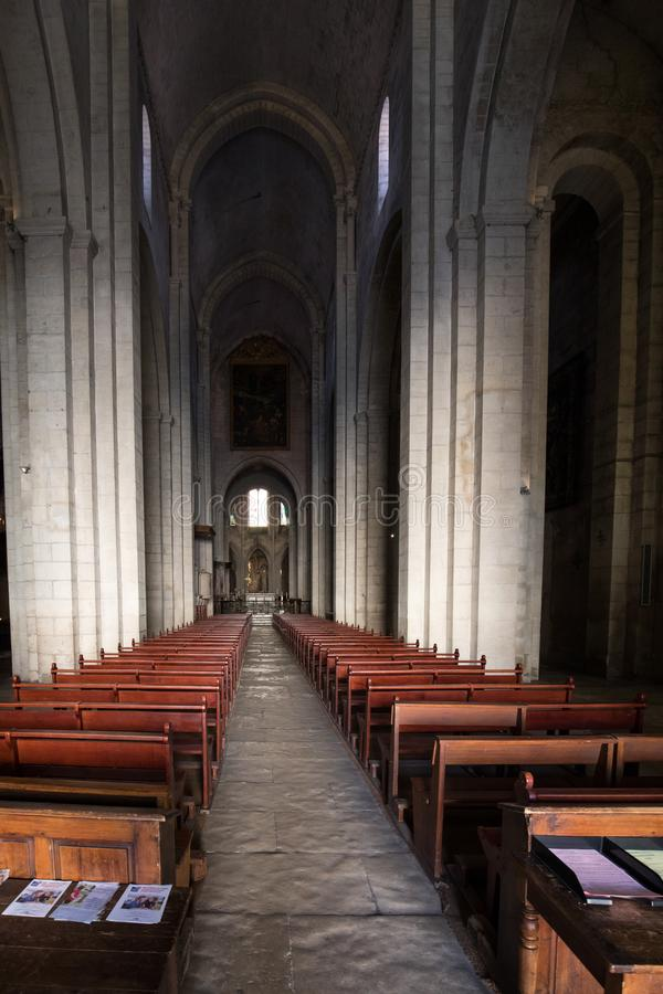 Nef et autel principaux dans la cathédrale de Trophime de saint dans Arles, France B image libre de droits