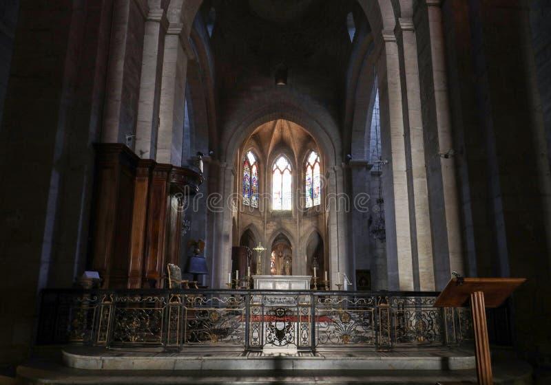 Nef et autel principaux dans la cath?drale de Trophime de saint dans Arles, France Le Bouches-du-Rh?ne, France photos stock
