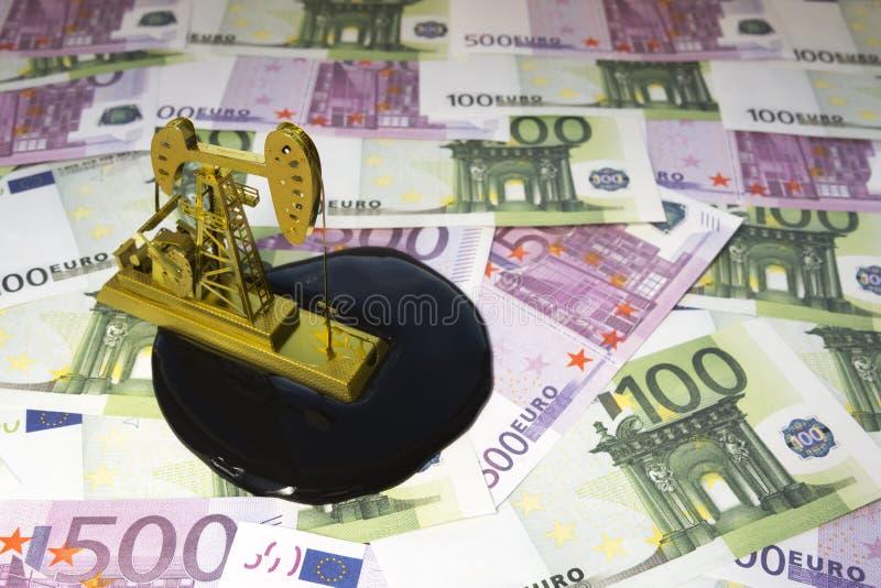 Neftechka euroräkningar av olika valörer arkivbilder