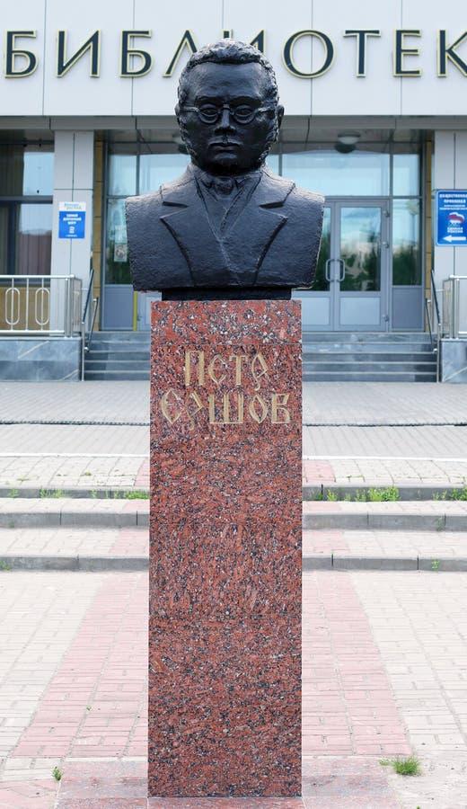 NEFTEJUGANSK, RUSSIA - 29 LUGLIO 2019: Monumento a Pyotr Yershov, autore della poesia famosa di fiaba il piccolo cavallo gobbo immagini stock
