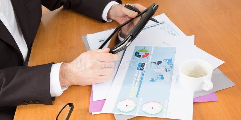 Negócio analítico com o computador do PC da tabuleta com o homem das mãos no escritório imagem de stock royalty free