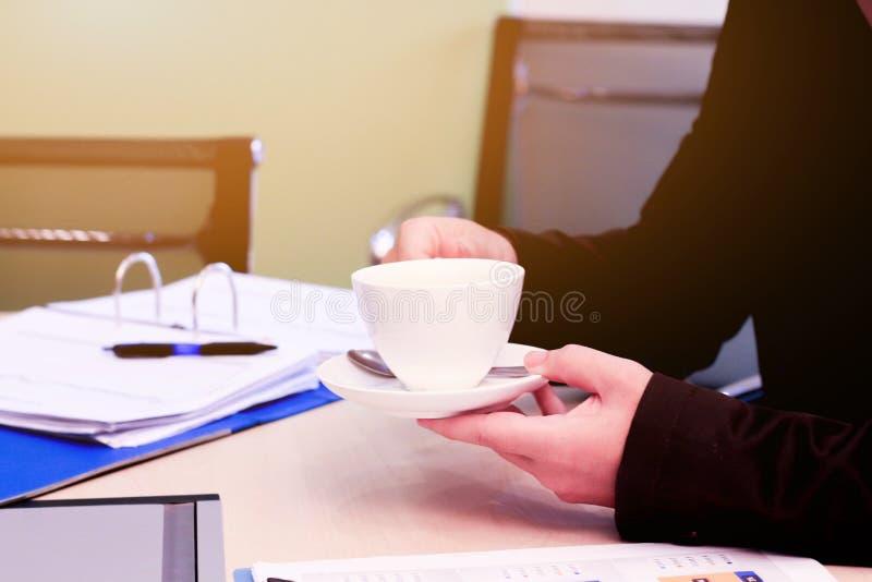 Negócio ao trabalho no escritório o conceito para o trabalho bem sucedido ao objetivo da organização fotografia de stock royalty free