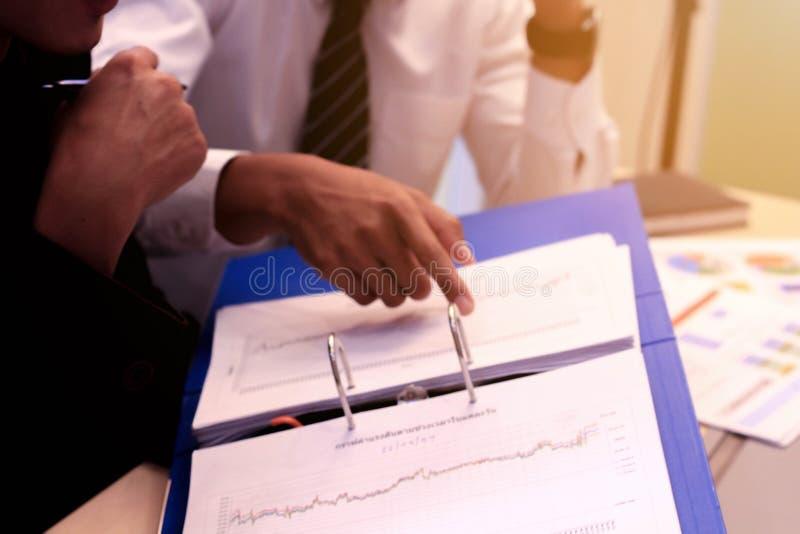 Negócio ao trabalho no escritório o conceito para o trabalho bem sucedido ao objetivo da organização imagens de stock