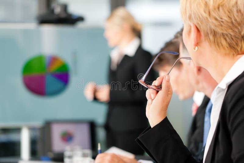 Negócio - apresentação dentro de uma equipe imagens de stock
