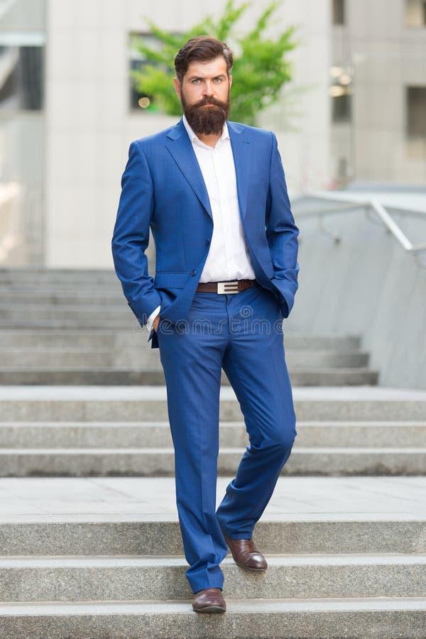 Negócio bem sucedido do fundador Conquiste o mundo do negócio Homem farpado que vai trabalhar Homem de neg?cio na cidade moderna  fotos de stock