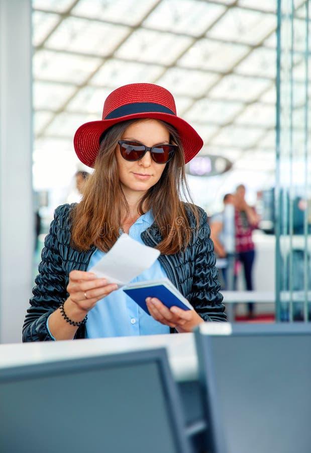 Negócio bonito wonan no aeroporto foto de stock