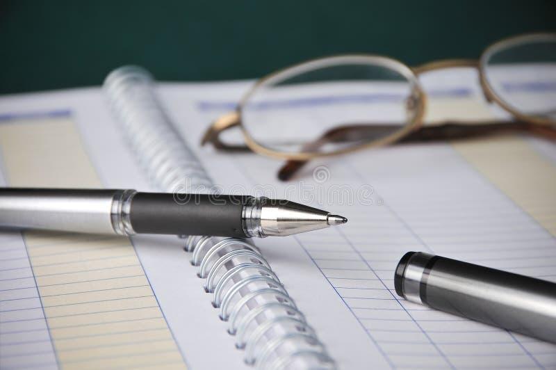 Negócio, cartas dos livros, contabilidade das despesas, pena foto de stock