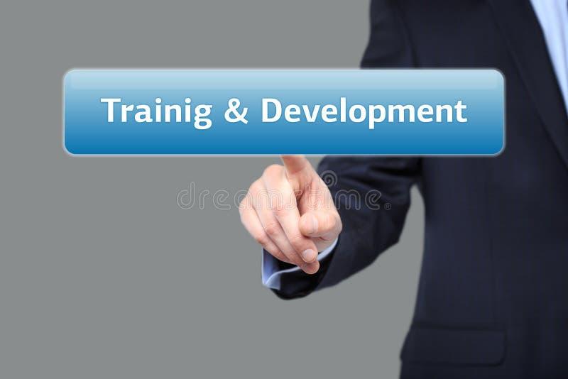 Negócio, conceito do Internet - o homem de negócios que pressionam o treinamento e o desenvolvimento abotoam-se em telas virtuais fotos de stock