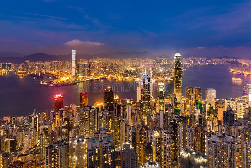 Negócio crepuscular Victoria Bay excedente do centro de Hong Kong da opinião da noite fotos de stock royalty free