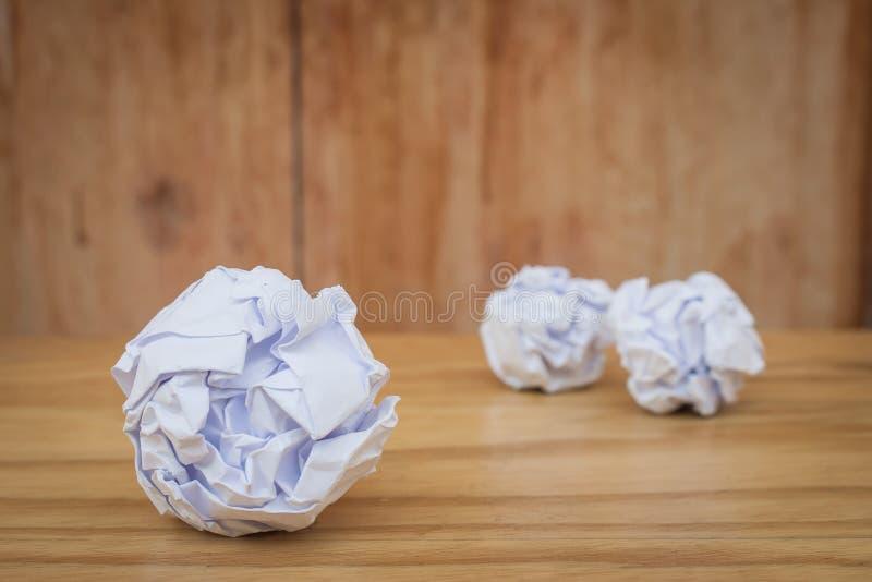 Negócio criativo e conceito da ideia: Feche acima dos muitos a bola de papel amarrotada branco posta sobre o foor de madeira foto de stock royalty free
