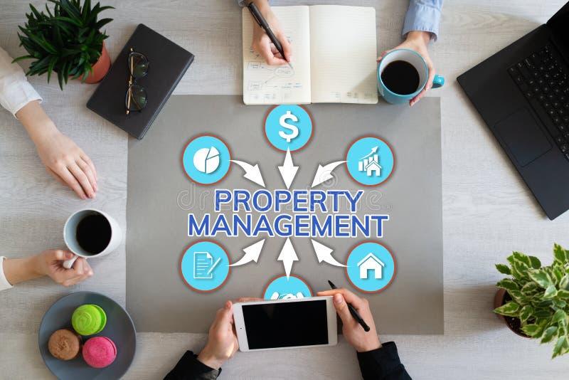 Negócio da gestão da propriedade e conceito da finança no desktop do escritório imagens de stock royalty free