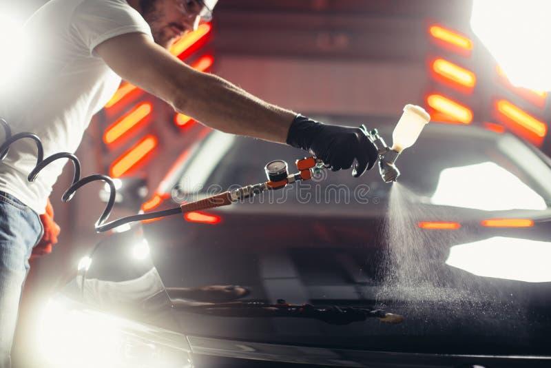 Negócio da lavagem de carros e do revestimento com revestimento cerâmico Verniz de pulverização ao carro fotos de stock