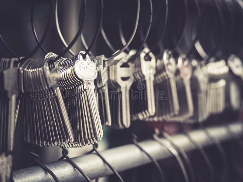 Negócio da loja de Key do serralheiro muitos keychains nos grupos foto de stock royalty free