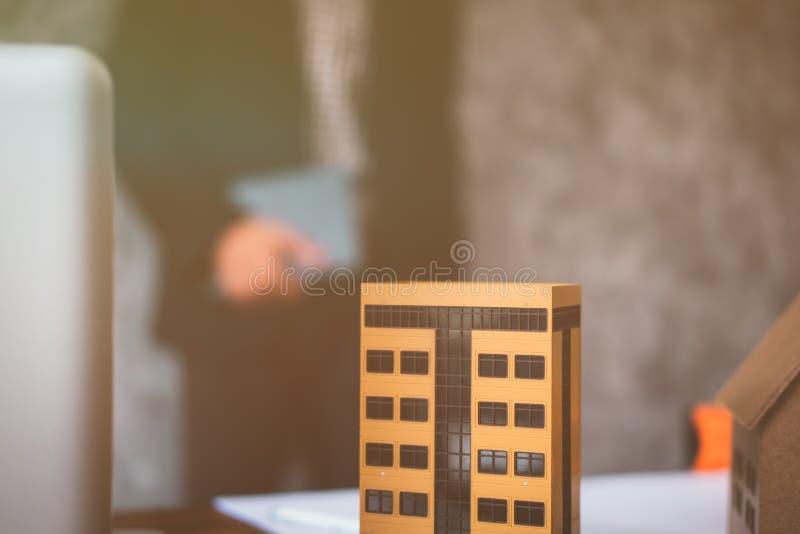 Negócio da propriedade com casas e construções para a venda imagens de stock