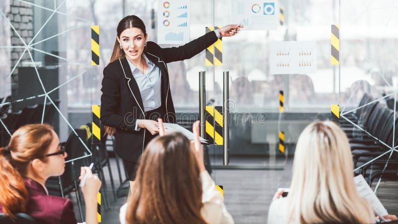Negócio das mulheres que treina o orador fêmea do treinador foto de stock