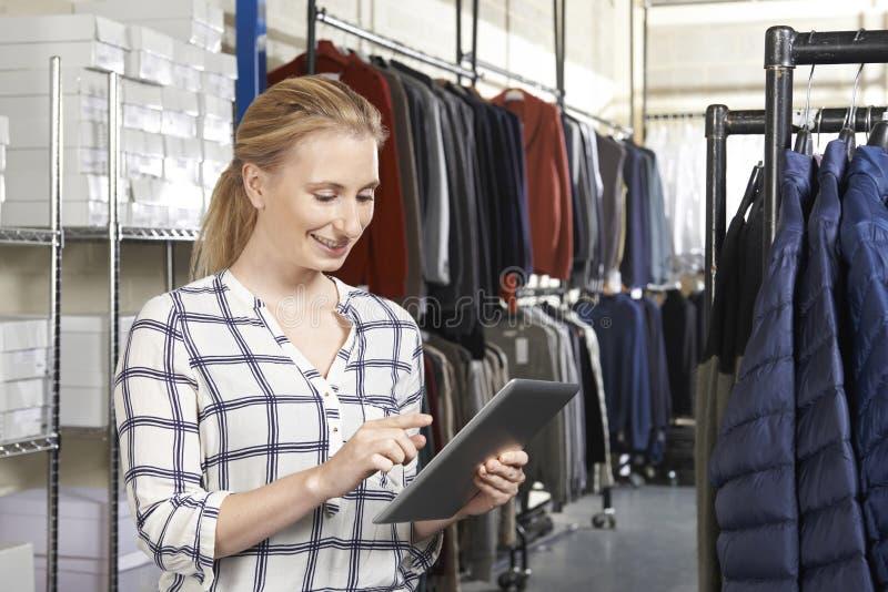 Negócio de forma de Running On Line da mulher de negócios com Digitas Tabl fotos de stock