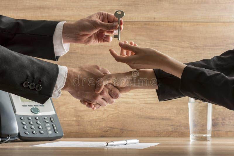 Negócio de negócio bem sucedido - mediador imobiliário e casa fêmea nova fotografia de stock royalty free
