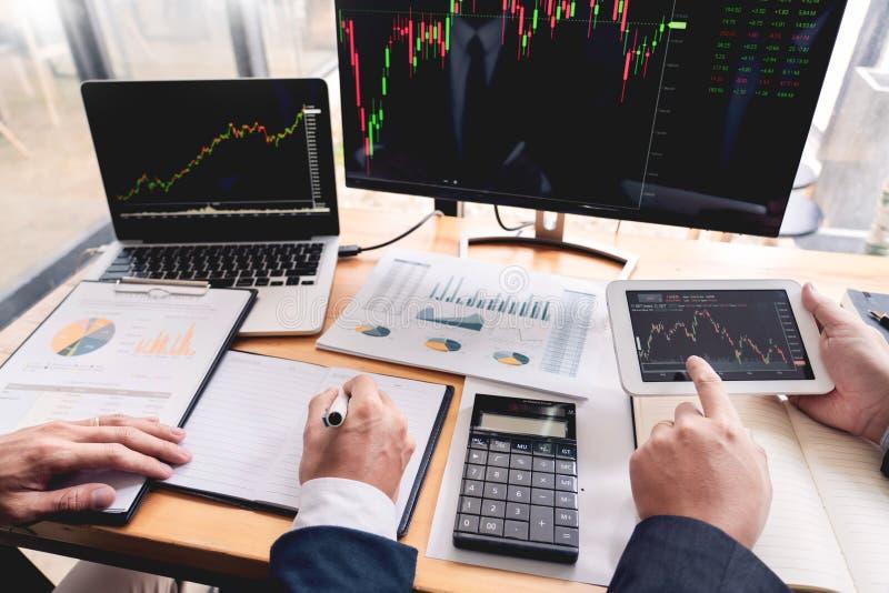 Negócio discussão de Team Investment Entrepreneur Trading e dados da análise a negociação das cartas e dos gráficos do mercado de fotos de stock