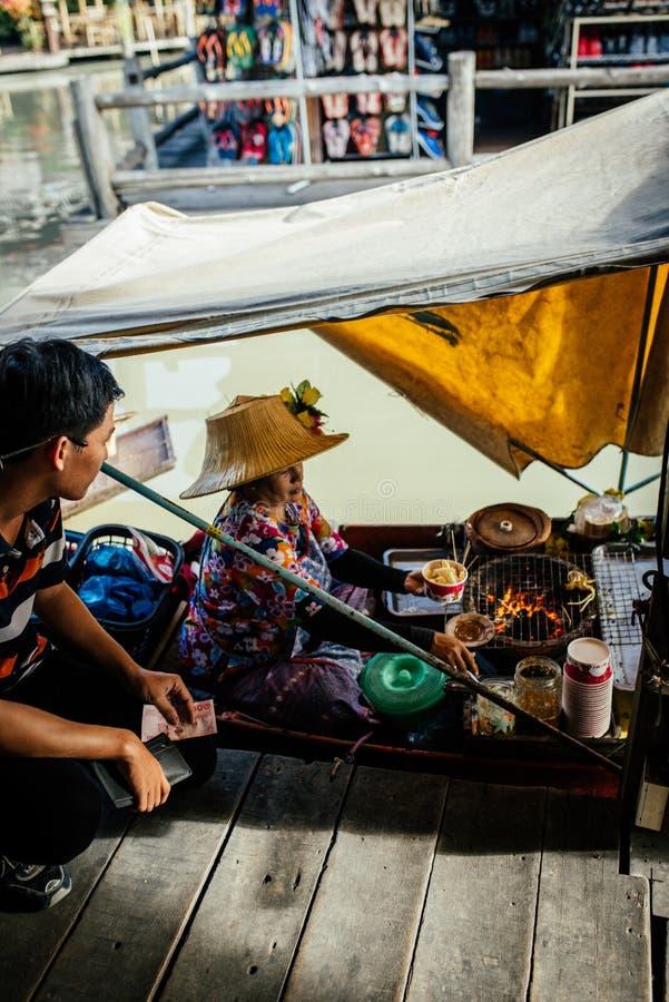 Negócio do alimento de Tailândia no barco foto de stock
