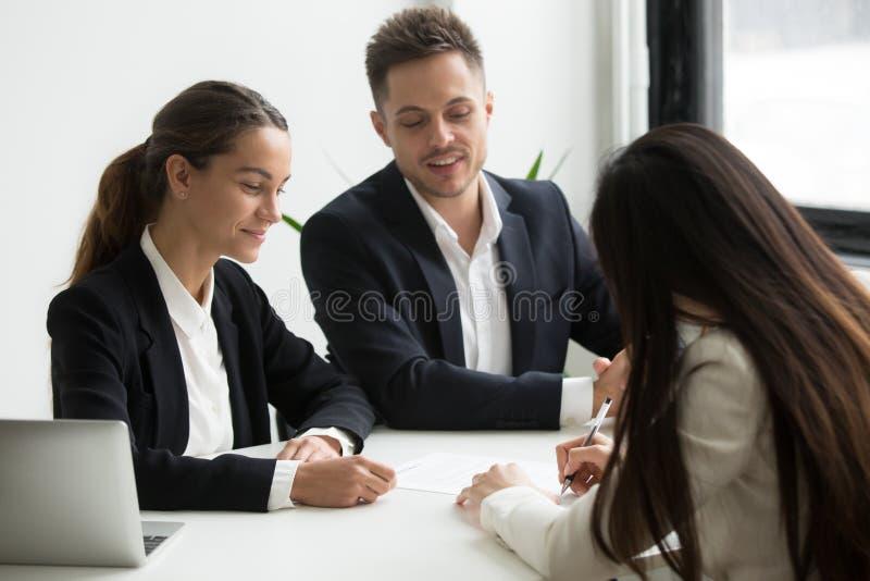 Negócio do closing do candidato de trabalho com empregadores potenciais imagens de stock