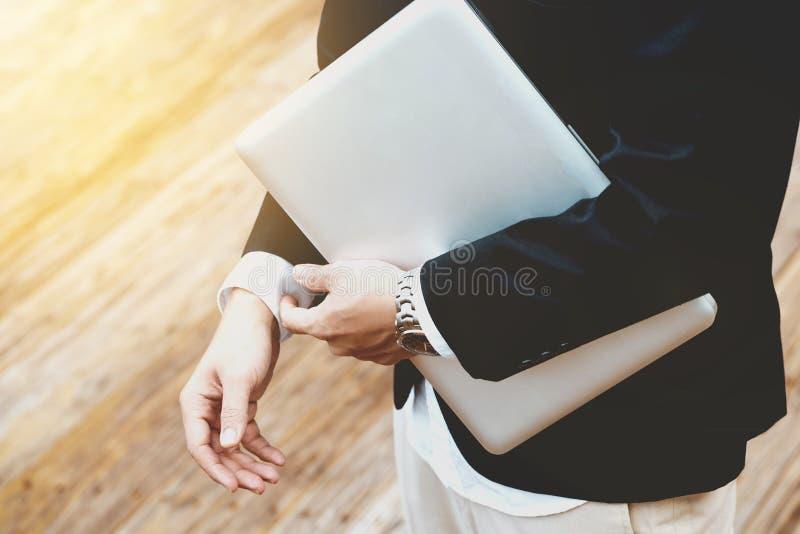 Negócio do conceito - homem de negócio asiático considerável pronto para ir para o trabalho imagem de stock royalty free