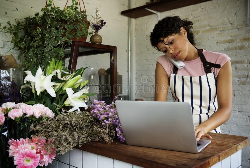 Negócio do florista com proprietário da mulher fotografia de stock royalty free
