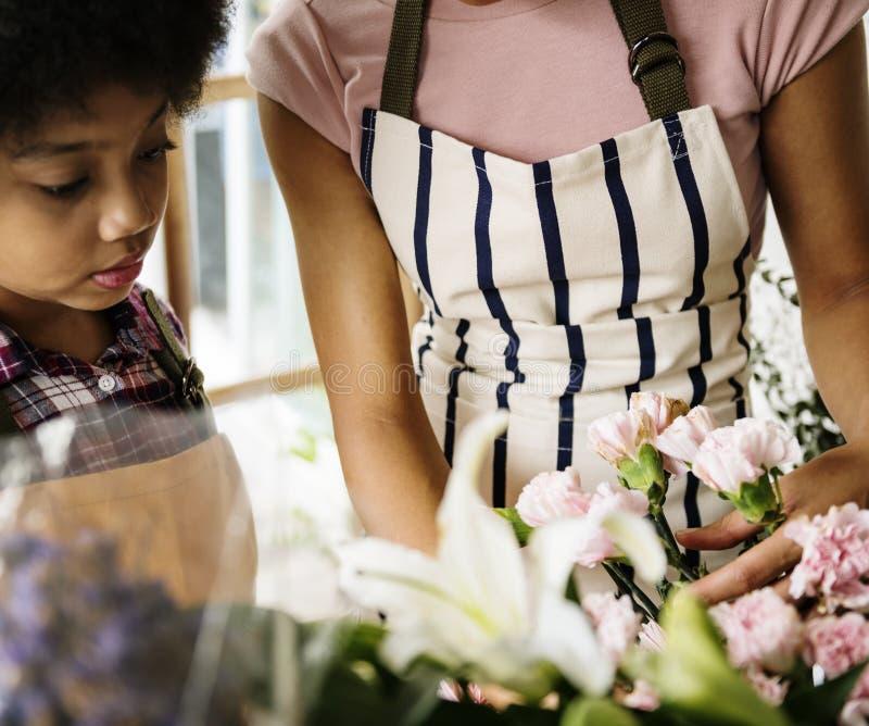 Negócio do florista com proprietário da mulher foto de stock