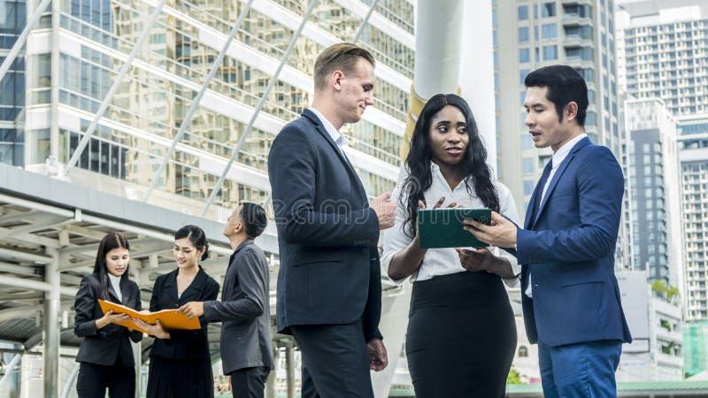 Negócio do grupo de pessoas na reunião esperta do terno na cidade exterior s fotografia de stock