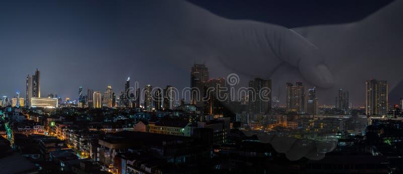 Negócio do homem de negócio com a bandeira moderna da cidade da noite fotos de stock royalty free