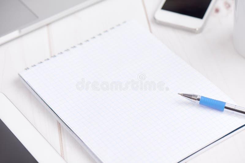 Negócio do local de trabalho caderno vazio vazio, portátil, PC da tabuleta, multidão fotos de stock royalty free
