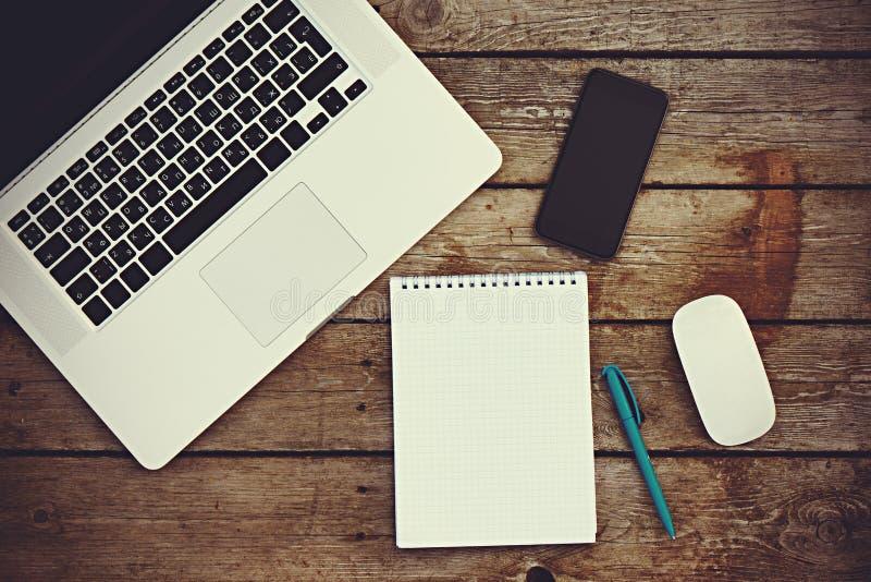 Negócio do local de trabalho caderno vazio vazio, portátil, PC da tabuleta, multidão fotografia de stock royalty free