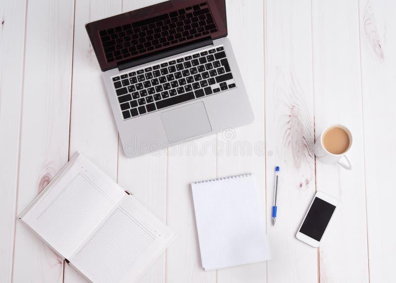 Negócio do local de trabalho portátil, café, caderno da pena imagem de stock