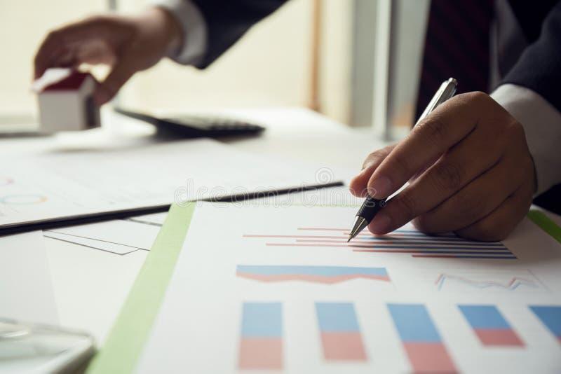 Negócio dos bens imobiliários e portfólio de investimento a longo prazo para o negócio fotografia de stock royalty free