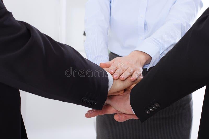 Negócio dos trabalhos de equipa Team Collaboration Concept Businessman e mulher de negócios Mãos macro, braços junto Foco seletiv imagem de stock