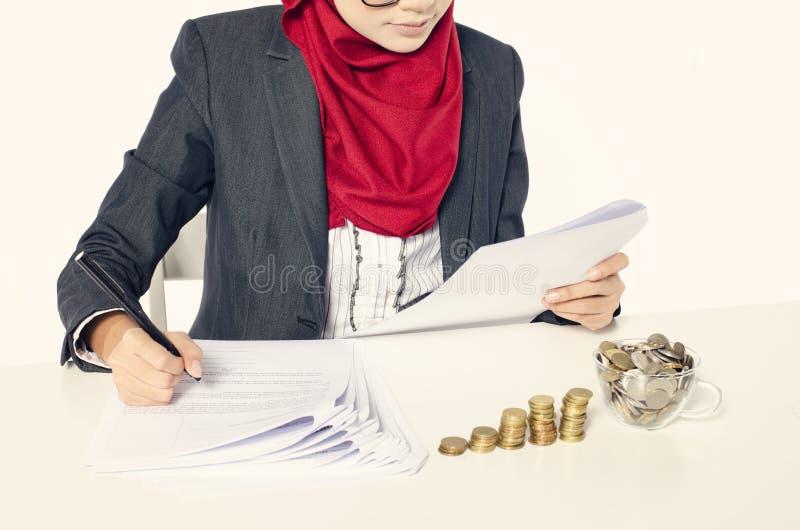 Negócio e conceito financeiro imagem colhida, mulheres de negócios novas fotografia de stock