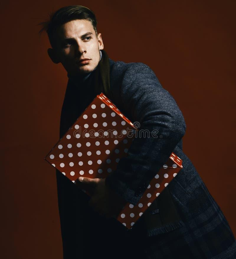 Negócio e conceito retro da surpresa Indivíduo à moda com o presente no vermelho Homem no estilo do vintage foto de stock