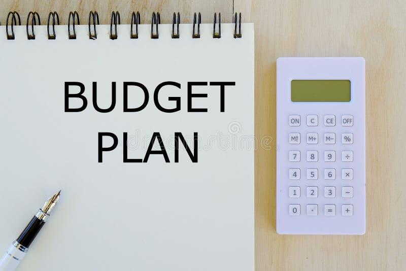 Negócio, finança e conceito depositar Vista superior da calculadora, da pena e do caderno escritos com plano do orçamento imagens de stock royalty free