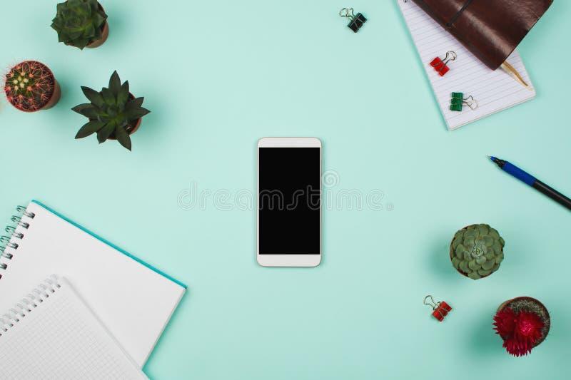 Negócio flatlay com o smartphone com a tela do copyspace, plantas carnudas e cactos e acessórios pretos de outros setor fotografia de stock royalty free