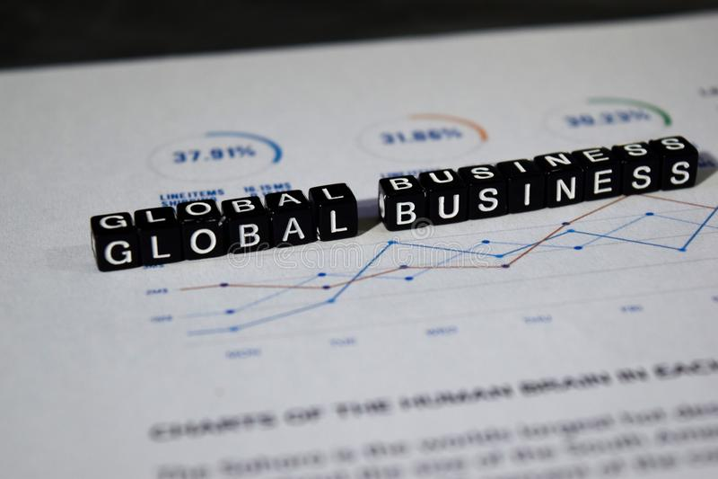 Negócio global em blocos de madeira Conceito internacional da oportunidade do crescimento imagens de stock royalty free