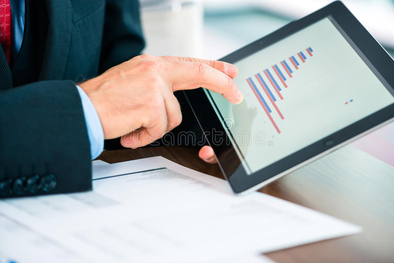 Negócio - homem de negócios que trabalha com tablet pc foto de stock royalty free