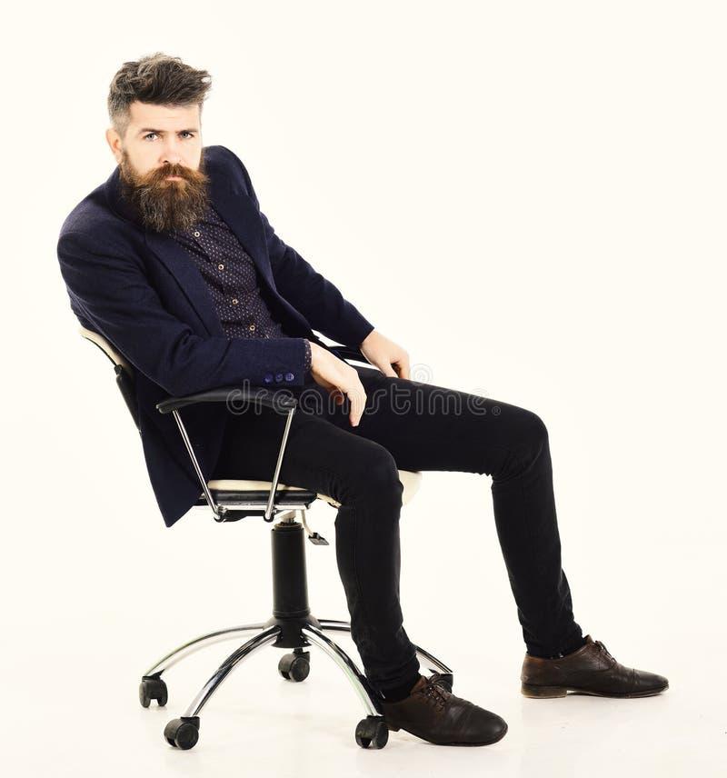 Negócio, liderança, gestão, conceito da entrevista Diretor com cara séria O empregador senta-se na cadeira luxuosa e no desgaste imagens de stock royalty free